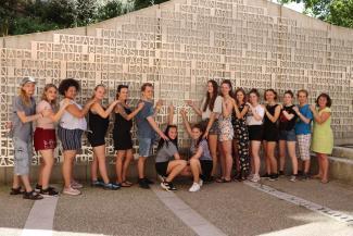Les jeunes européens sur le parvis de la Maison des familles